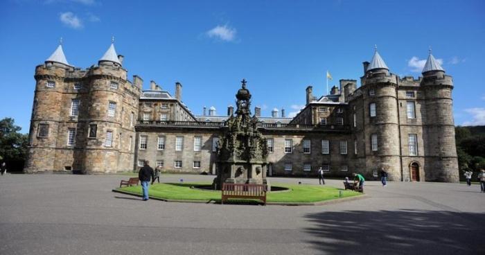 Thấy hình ảnh cung điện Holyroodhouse tráng lệ khi đi du lịch Anh trong mơ