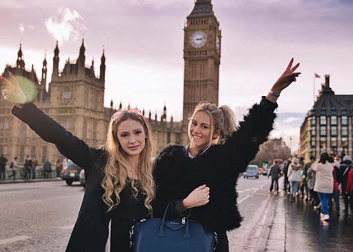 Mộng thấy mình cùng bạn bè chụp ảnh ở chân đồng hồ Big Ben